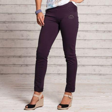 Beine einer Frau in der Jegging von The Spirit of OM. Farbe aubergine. Lotus Applikation auf der Hüfte. Anliegendes Bein.